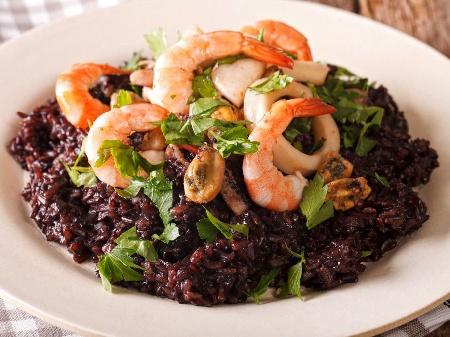Пържен черен императорски ориз със скариди и миди в уок тиган - снимка на рецептата